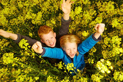 Junge und Mädchen im Rapsfeld Stockbild