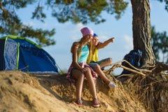 Junge und Mädchen mit Blicken in den Abstand Abenteuer, Reise, Tourismuskonzept Stockbild