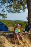 Junge und Mädchen mit Blicken in den Abstand Abenteuer, Reise, Tourismuskonzept Stockfotografie