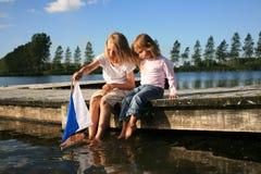 Junge und Mädchen mit Boot stockfotos