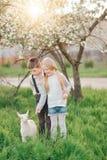 Junge und Mädchen mit dem Kind Lizenzfreie Stockfotos