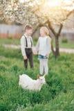 Junge und Mädchen mit dem Kind Stockfotografie