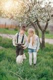 Junge und Mädchen mit dem Kind Lizenzfreies Stockbild
