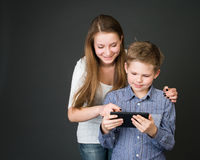 Junge und Mädchen mit digitaler Tablette. Interessiert für Technologie Stockfotos
