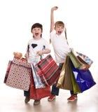 Junge und Mädchen mit Einkaufstasche. Stockfotografie