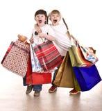 Junge und Mädchen mit Einkaufstasche. Lizenzfreies Stockfoto