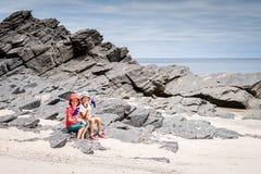 Junge und Mädchen mit Flagge von Australien lizenzfreie stockfotografie