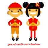 Junge und Mädchen mit Goldenem in ihren Händen, Karte des Chinesischen Neujahrsfests, in Reichtum und in Überfluss Stockbilder
