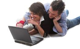 Junge und Mädchen mit Laptop stockfotografie