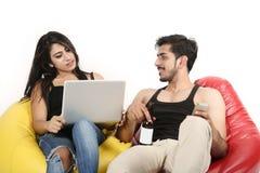 Junge und Mädchen mit Laptop-, Telefon- und Saftflasche lizenzfreies stockbild