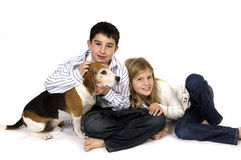 Junge und Mädchen mit Spürhund Lizenzfreie Stockfotos