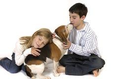 Junge und Mädchen mit Spürhund Stockfotos