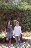 Junge und Mädchen N der Park. Stockfotos