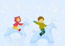 Junge und Mädchen plaing outdoore am Wintertag Lizenzfreie Stockfotos