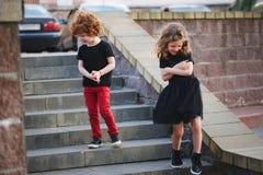 Junge und Mädchen schüchtern auf Datum lizenzfreie stockfotos