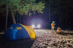 Junge und Mädchen sitzen am Nachttouristenzelt Lizenzfreie Stockfotografie
