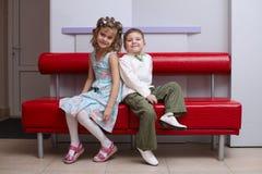 Junge und Mädchen sitzen O-Zug lizenzfreies stockfoto