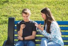 Junge und Mädchen tief in virtuelle Realität lizenzfreies stockbild