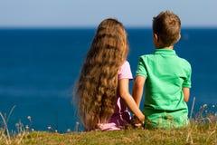 Junge und Mädchen während der Sommerzeit Stockfoto