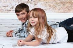 Junge und Mädchen zusammen Stockbild