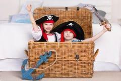 Junge und M?dchen, die Piraten spielen Sie tragen Piratenkost?me stockbilder