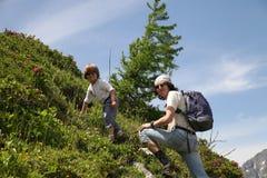 Junge und Mann gehen oben auf Steigung Stockfotos