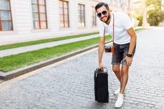 Junge- und Mannstourist mit einem Bart, gehend um lizenzfreie stockbilder