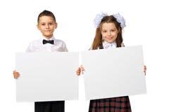 Junge und Mädchen, die ein Plakat halten Stockbild