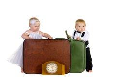 Junge und Mädchen stehen nahes Gepäck Stockfotos