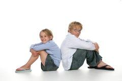Junge und Mädchen zurück zu Rückseite Stockfotos