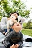 Junge und Mutter, die zusammen spielen Stockbild
