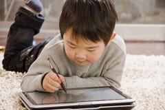 Junge und Notizbuch Lizenzfreies Stockbild