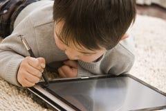 Junge und Notizbuch Stockfotografie