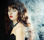 Junge und reizvolle Frau im Rauche Lizenzfreies Stockfoto