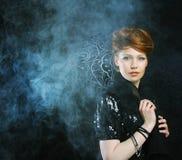 Junge und reizvolle Frau im Rauche Stockfotografie