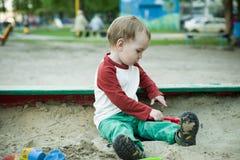 Junge und Sand Lizenzfreie Stockfotos