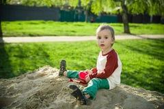 Junge und Sand Stockfoto