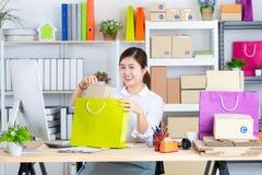Junge und schöne Asiatin mit lächelndem Gesicht im Büro betrüger stockfotos