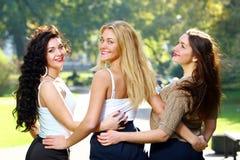 Junge und schöne Freundinnen haben Spaß im Park Stockfotos