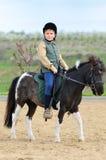 Junge und sein die Shetlandinseln-Pony lizenzfreie stockbilder