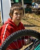 Junge und sein Fahrrad lizenzfreie stockfotos