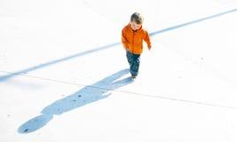 Junge und sein Schatten Lizenzfreie Stockfotos