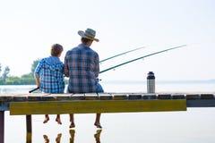 Junge und sein Vaterfischen togethe Stockfoto
