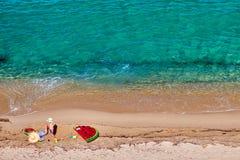 Junge und seine Mutter auf Strand mit aufblasbarem Floss lizenzfreie stockbilder
