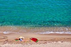 Junge und seine Mutter auf Strand mit aufblasbarem Floss stockfotos