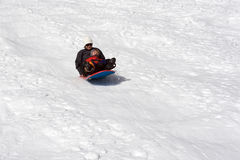Junge und seine Mutter, die sledding sind Lizenzfreie Stockfotos