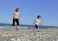 Junge und seine Mutter am Strand Lizenzfreies Stockbild