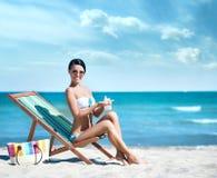 Junge und sexy Frau, die auf einem tropischen Strand aufwirft Stockbild