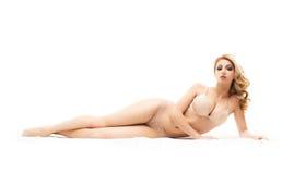 Junge und sexy Frau, die in der erotischen hellen Wäsche sich entspannt Stockbild