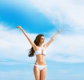Junge und sexy Frau, die draußen in einem weißen Badeanzug aufwirft Lizenzfreie Stockfotos